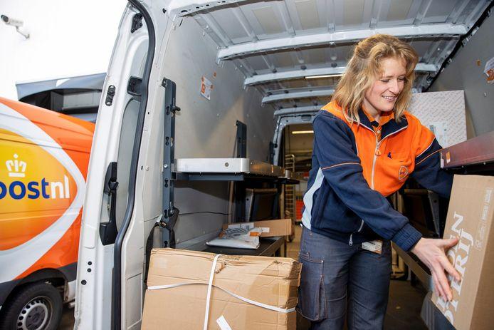 Karin van Zeeland is vrijdag druk bezig met het laden van haar auto.