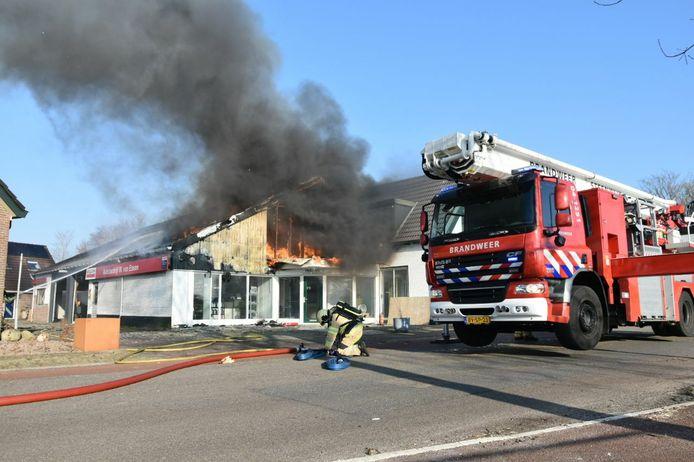 De brandweer is druk bezig met het bestrijden van de brand bij autobedrijf Van Essen in Steenwijkerwold.