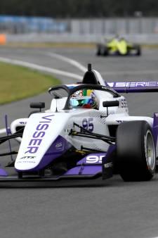 Beitske Visser naast het podium bij W Series op circuit van Assen
