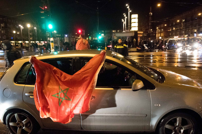 =Fans van het Marokkaanse voetbalelftal vieren feest op het Amsterdamse Mercatorplein.