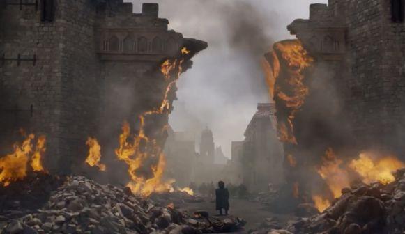 Tyrion blijft wat achter.