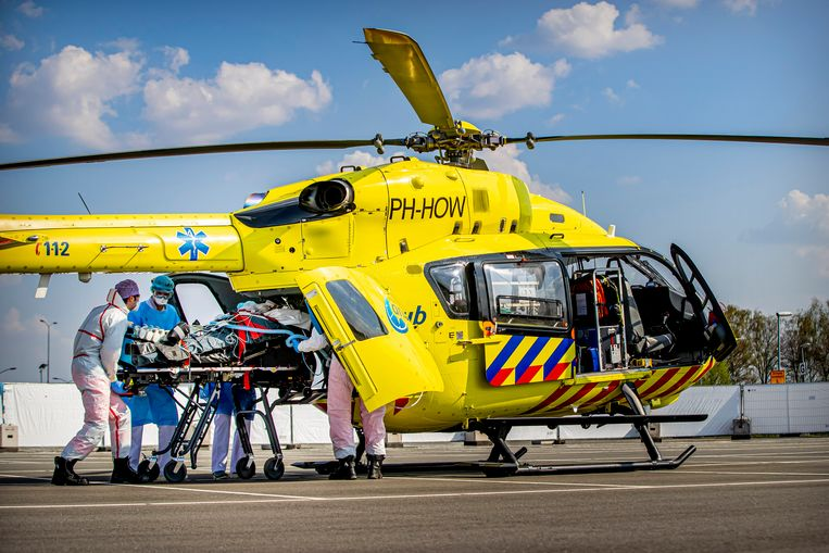 Patiënten met het coronavirus worden met de traumahelikopter overgebracht van het Jeroen Bosch ziekenhuis in Den Bosch naar  ziekenhuizen in Duitsland. Beeld Getty Images