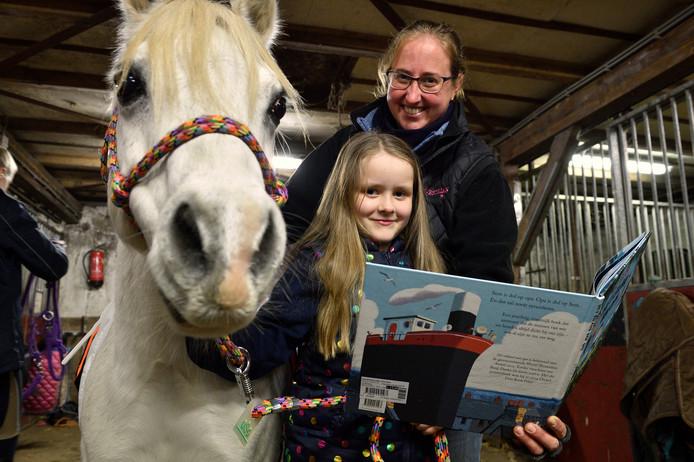 Mayra met Partout, de pony die haar leert om beter te lezen en begeleidster Cindy.