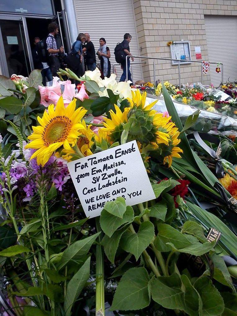 Bloemen in Kiev voor Tamara Ernst. De foto is door een bekende toegezonden aan de Volkskrant. Beeld -
