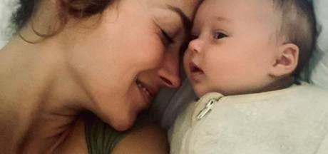 Slaapgebrek dwingt 'zombie' Katja Schuurman tot strikte slaaptraining baby Coco