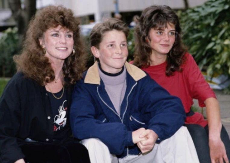 Christian Bale (midden) legt vete met zijn moeder Jenny (links) en zus Sharon (rechts) bij.