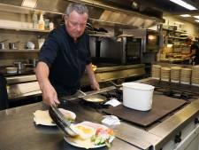 Ondanks de regels veel gezelligheid bij De Eenhoorn in Oostburg: 'Mensen zijn blij dat ze weer eens uit eten kunnen'