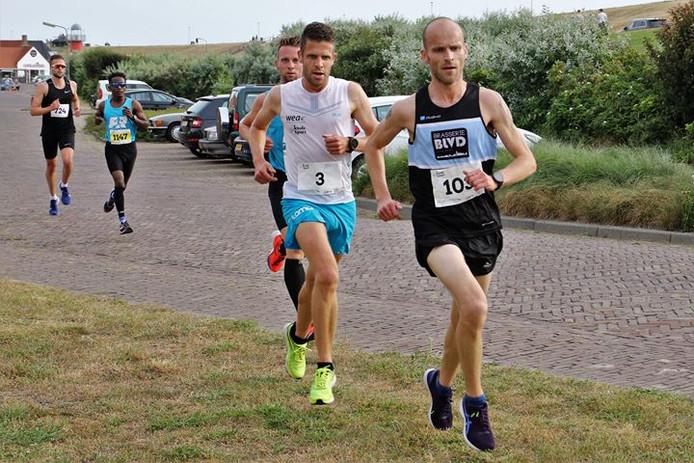 Tim Pleijte (met nummer 3) in de Stratenloop van Westkapelle, voordat hij de turbo er op gooit en iedereen achter zich laat.