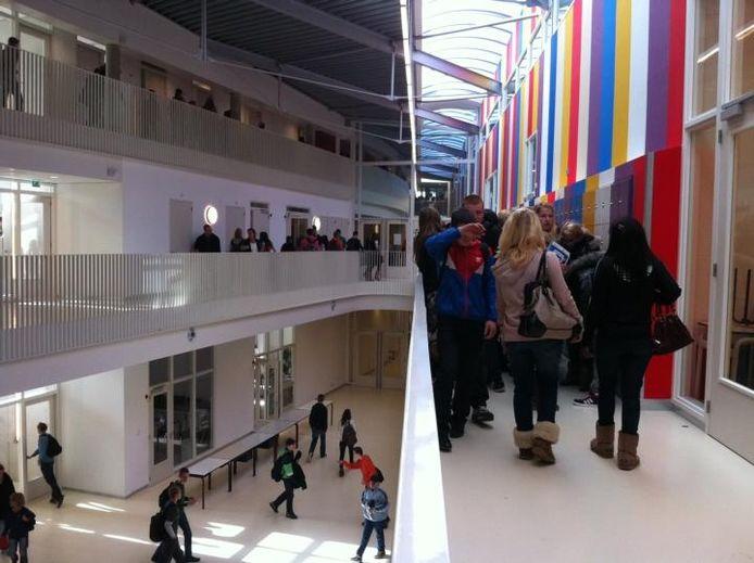 De centrale hal van de nieuwbouw van het Cambium College aan de Oude Bosscheweg, die sinds woensdag De Waard heet. foto Tim Durlinger/BD