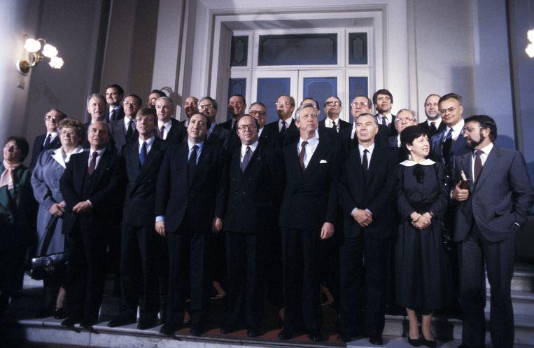 De regering-Martens VI. U herkent onder andere op de voorste rij vlnr. Mark Eyskens, Guy Verhofstadt, Jean Gol, Wilfried Martens, Charles-Ferdinand Nothomb, Leo Tindemans, Miet Smet en Herman De Croo.
