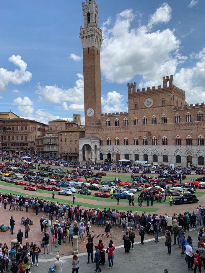 Aankomst van de Mille Miglia op het beroemde plein van Siena in Toscane