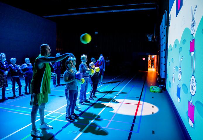 Ouderen uit Zevenkamp probeerden gisteravond de 'digitale speelmuur' uit. Het ging er bij tijd en wijlen fanatiek aan toe.