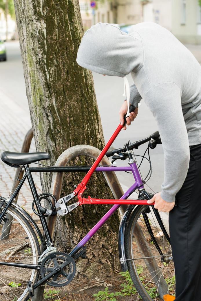 Een fietsendief aan het werk. Dit is niét de Schijndelse lokfiets.