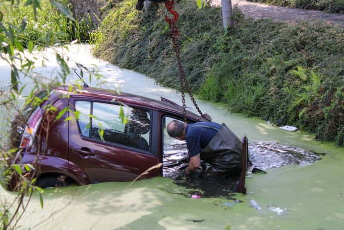 De wagen in Bodegraven belandde in het water.