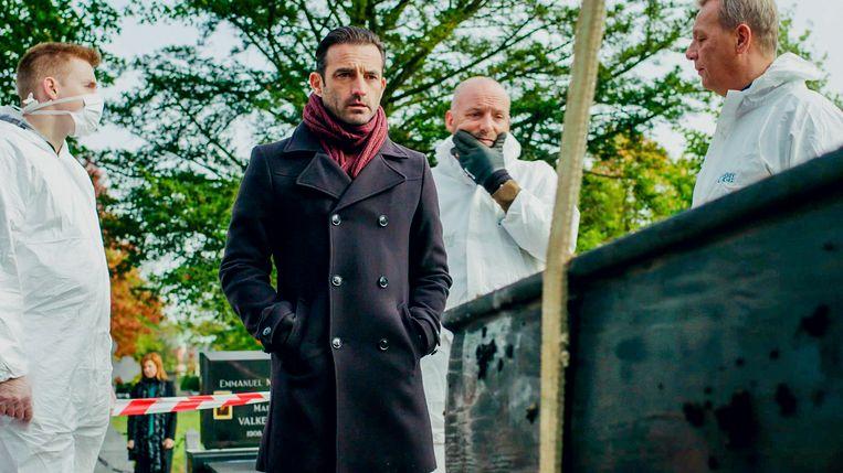 Peter Van den Bossche (Gunther Levi) kijkt geschokt wanneer de doodskist van zijn vader wordt geopend