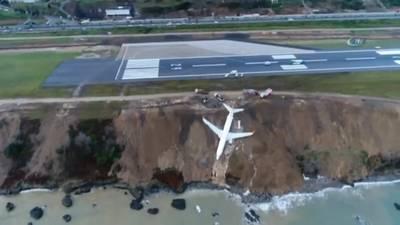 vliegtuig-schiet-van-startbaan-en-plonst-bijna-in-zee