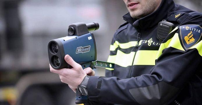 De politie nam donderdagmiddag het rijbewijs in beslag van een snelheidsduivel, die maar liefst 78 kilometer te hard reed op de Klokkendijk in de Wierdense buurtschap Notter.