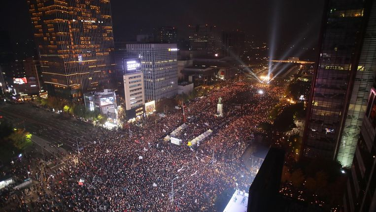 Tienduizenden Zuid-Koreanen pleiten in Seoul voor het aftreden van president Park Geun-hye. Beeld getty