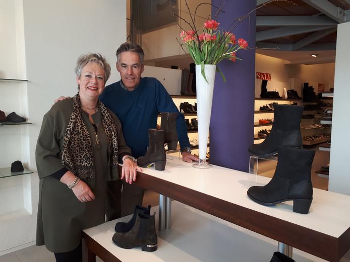 Anton en Loes ten Brummelhuis stoppen met hun schoenenzaak aan de Brinkstraat.