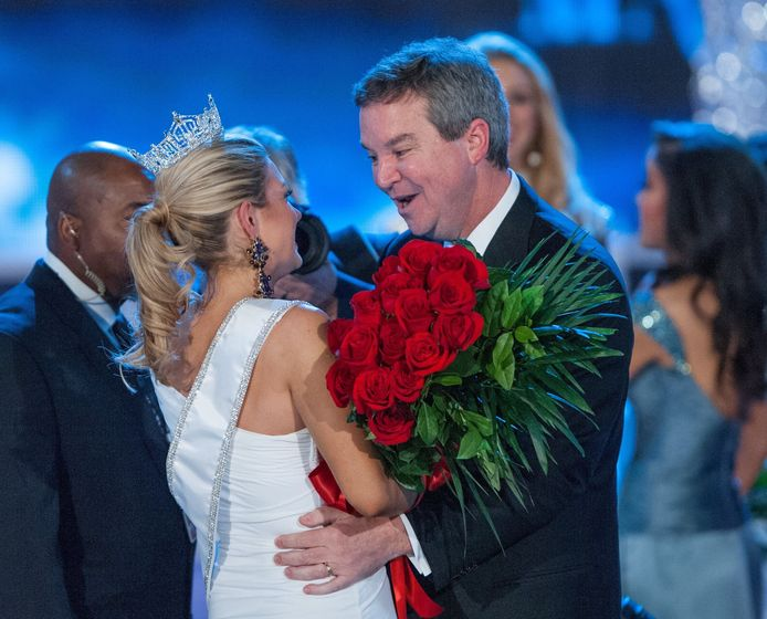 Sam Haskell met een Miss America-kandidate.