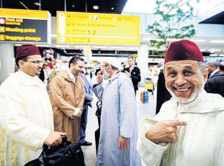 Marokkaanse imams op Schiphol. Ze maken de komende weken een tour langs Nederlandse moskeeën. Beeld anp