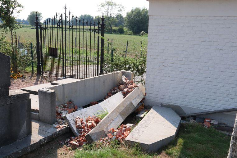 De graven liepen aanzienlijke schade op.