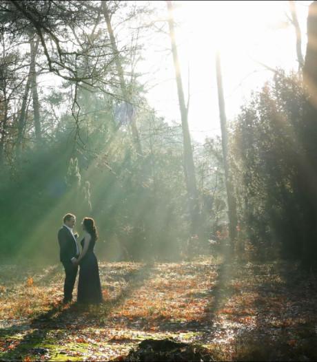 Foto van het stralende bruidspaar Hendrik en Romy op mistige en koude berg bekroond