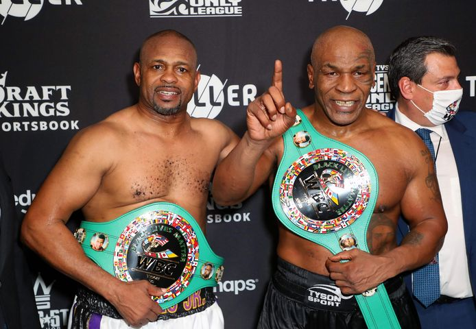 Roy Jones Jr. (L) en Mike Tyson.