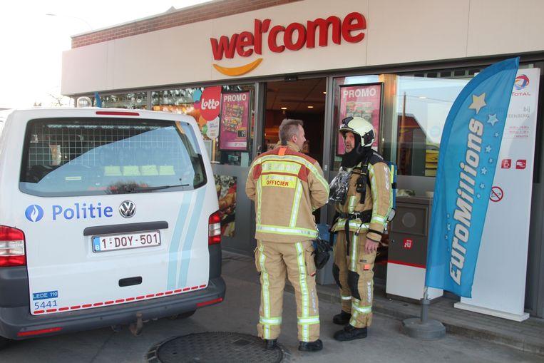 Politie en brandweer kwamen met verschillende wagens ter plaatse.