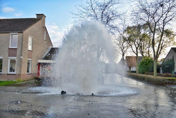 Hoofdwaterleiding springt in Bergen op Zoom, de straat is afgezet door de brandweer.