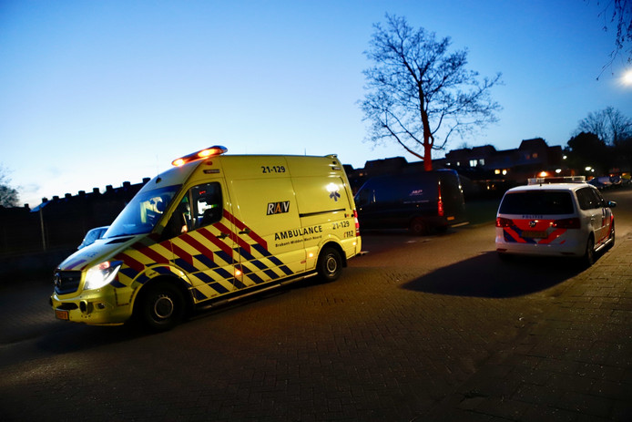 De man die geraakt werd door de steen moest met een ambulance naar het ziekenhuis worden gebracht.