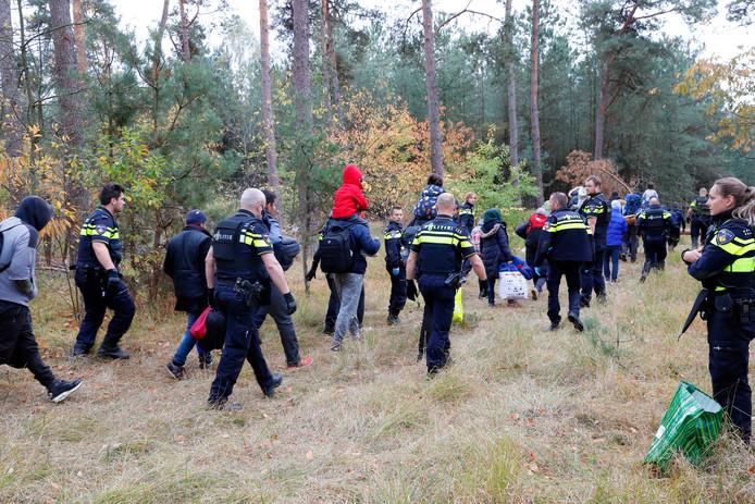 De vluchtelingen nadat ze door de politie zijn ontdekt.