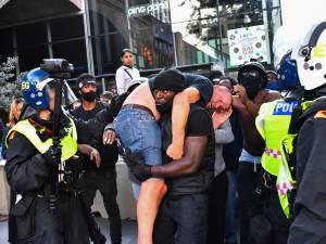 """L'image remarquable d'un manifestant BLM venant en aide à un """"militant d'extrême droite"""""""
