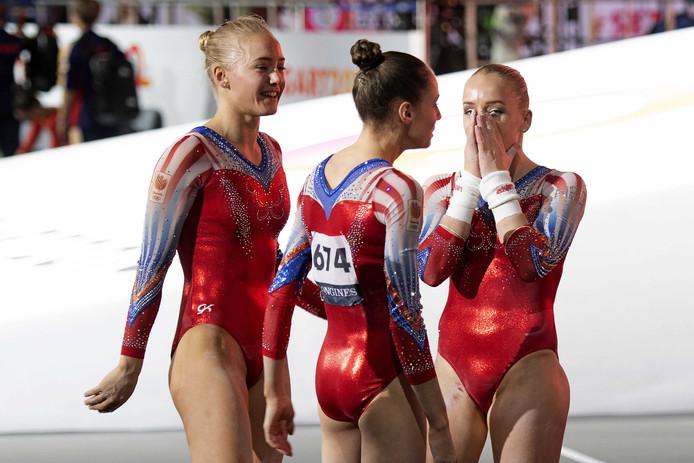 Lieke Wevers, Naomi Visser en Sanne Wevers van het Nederlandse vrouwenteam na afloop van de kwalificatieronde tijdens het WK turnen.