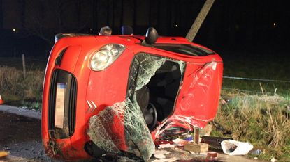 19-jarige bestuurster sterft na klap tegen paal