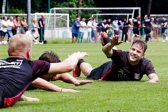 Veel NEC-fans bij de eerste training van dit seizoen, met op de voorgrond een lachende Joey van den Berg.