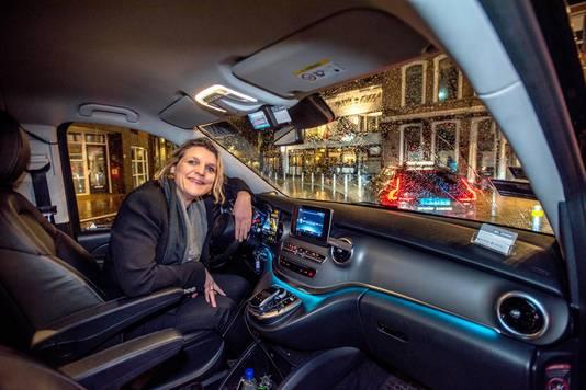 Simone Berkelmans in haar taxibus.