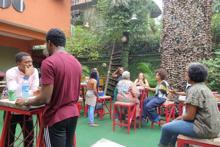 Pauze bij een van de vele fotoworkshops bij het centrum van de African Artists Foundation, organisator van LagosPhoto. Beeld wb