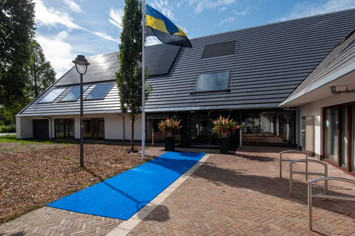 De blauwe loper ligt uit voor de nieuwe ingang van het gemeentehuis. Foto: Gerard Burgers.