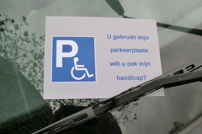Het Rogep stopt deze kaarten onder de ruitenwissers van auto's op invalidenparkeerplaatsen.