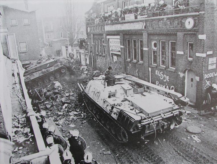Het bestand trok een week lang duizenden sympathisanten uit het land, tot de ME met tanks binnenreed, op de demonstranten insloeg en hen met traangas verjoeg. Beeld