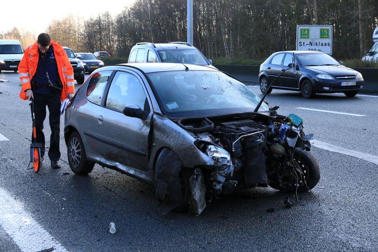 De Peugeot raakte zwaar beschadigd.