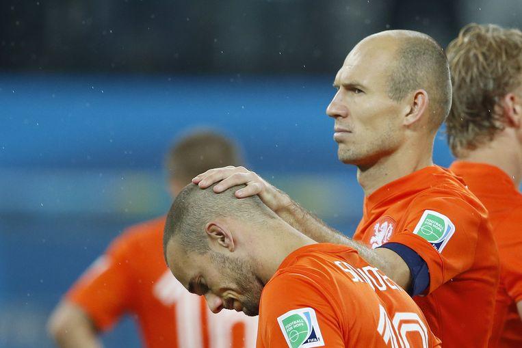 Robben en Sneijder na de nederlaag tegen Argentinië. Beeld anp