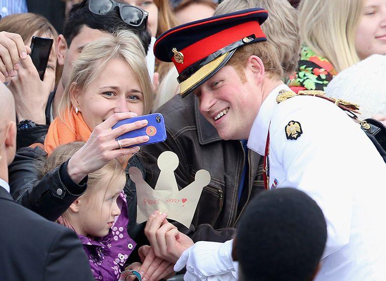 Prins Harry ging met een brede glimlach op de foto.