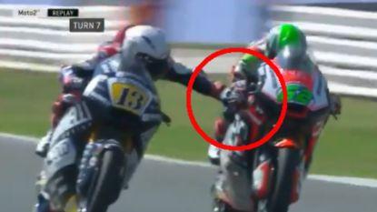 Wat bezielt die man? Motorcoureur duwt prompt remhendel van concurrent in en wordt uit GP gezet