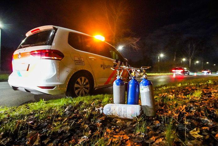 In totaal trof de politie vier lachgasflessen aan.