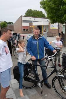Glas in de zandbak van school maakt tongen los bij wachtende ouders in IJsselmuiden
