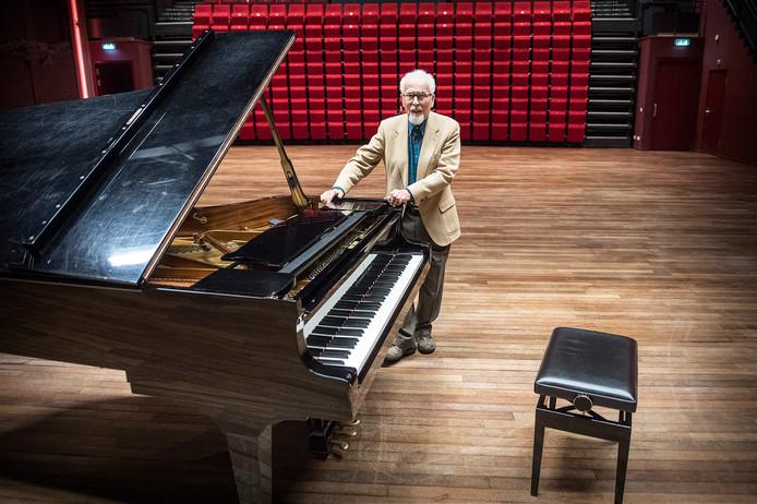 Willem Ibes bij de vleugel van De Lindenberg waarop hij zondag speelt tijdens zijn recital.