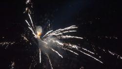 VIDEO. Luchtballonnen schieten vuurwerk af tijdens magisch festival