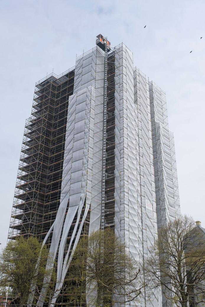 In april werd de Dikke Toren ingepakt in doek, om de overlast van stof en gruis voor de omgeving zoveel mogelijk te beperken.